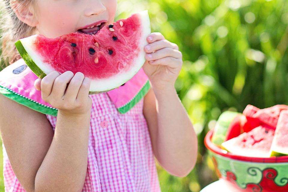 Pige spiser vandmelon