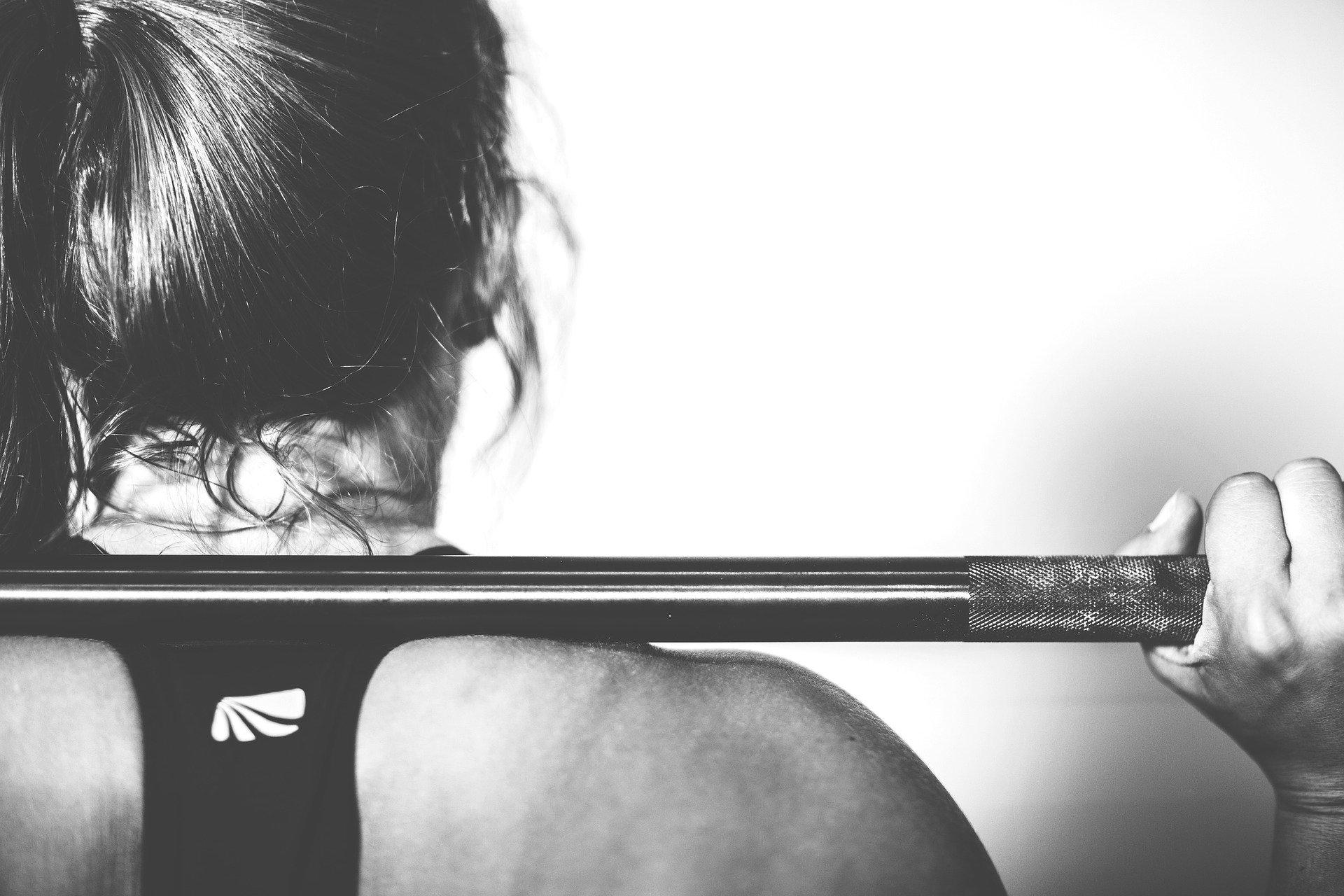 kvinde løfter vægt
