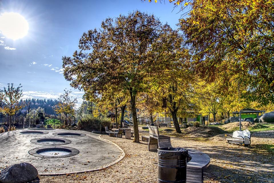 trampoliner i en park