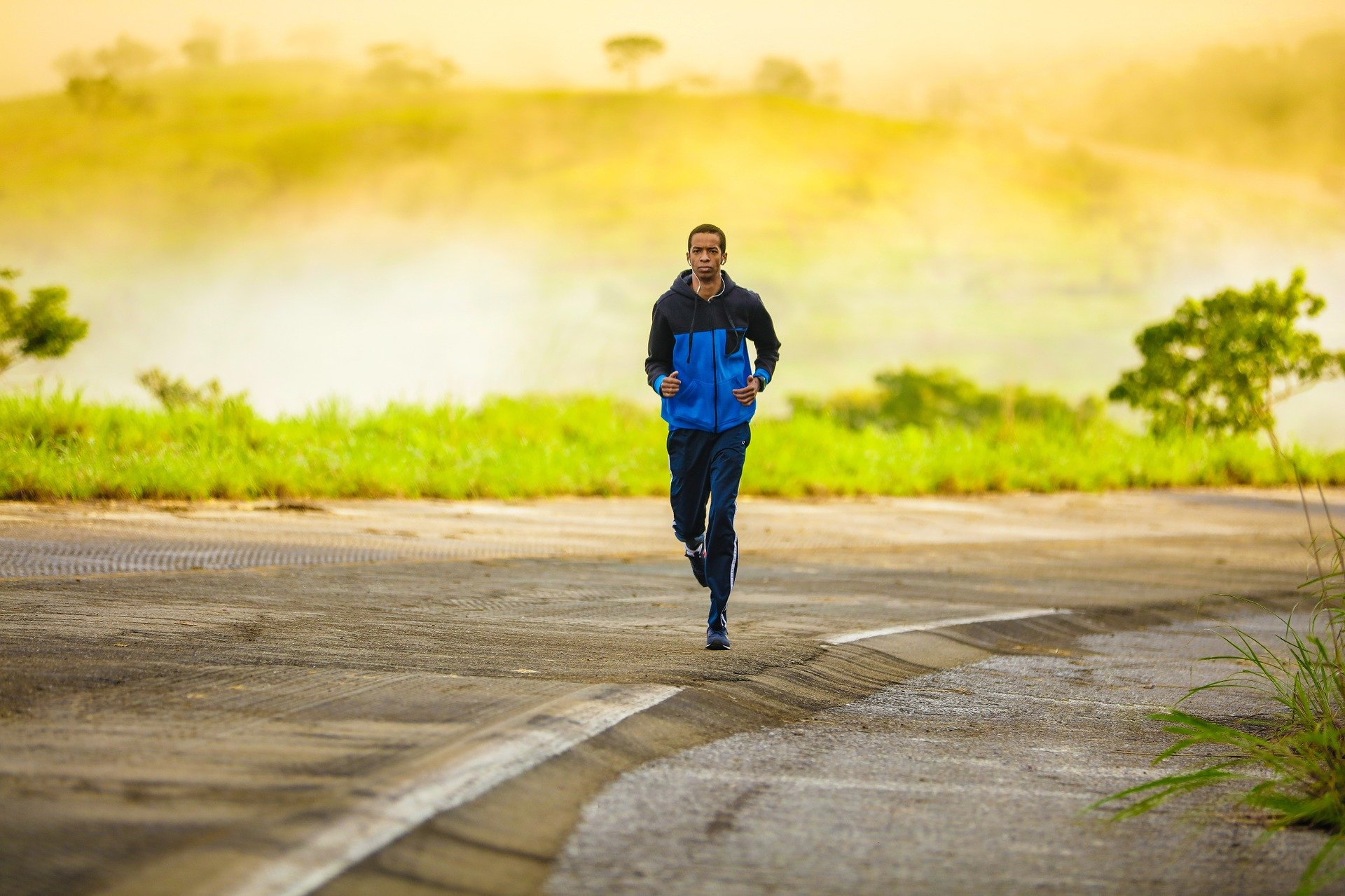 mand løber i naturen