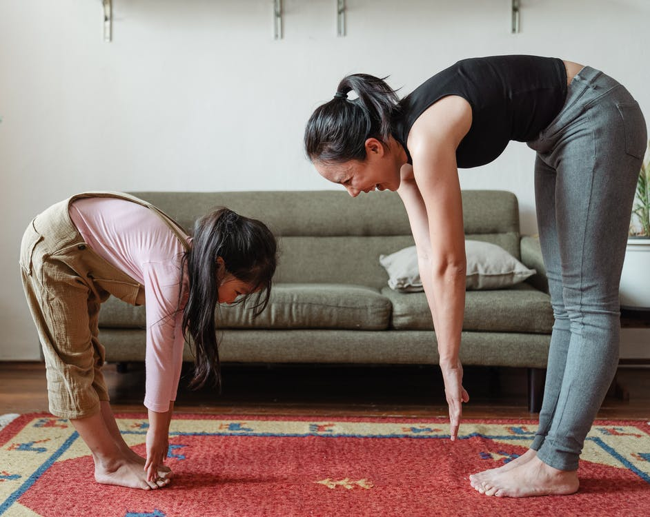 Kvinde og barn dyrker motion sammen